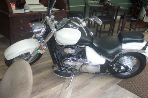 2005 Suzuki Boulevard White photo