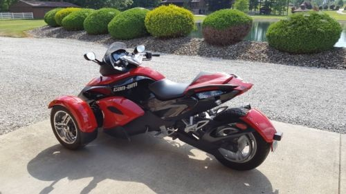 2009 Can-Am Spyder® Roadster SE5 -- Red photo