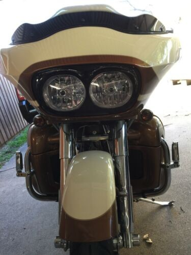 2011 Harley-Davidson Touring Frosted vanilla with heritage gold and quartzite graphics photo